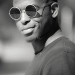 Modelo masculino gafas oscuras