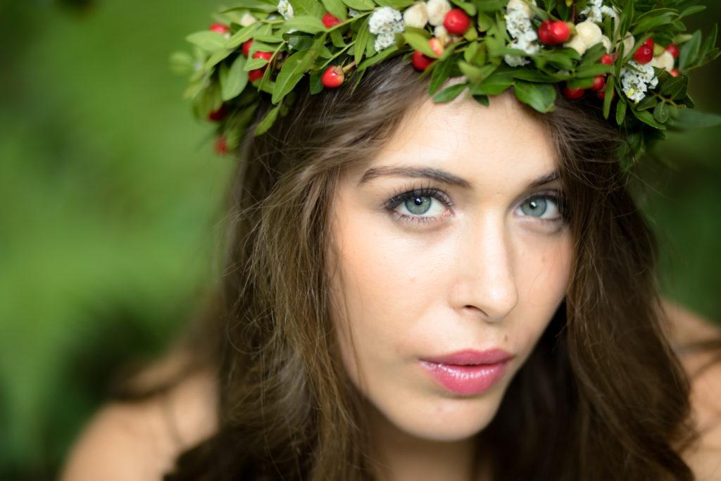 Ojos azules y corona de flores