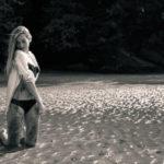 De rodillas manchada de arena