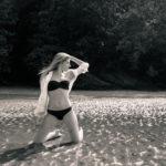 Posando en bikini y blusa blanca