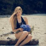 Con las flores en el tronco de la playa