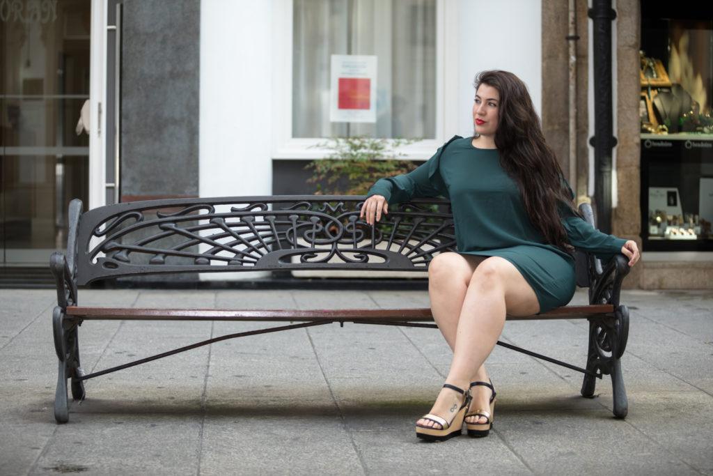 Vestido verde en el banco