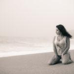 De rodillas en la arena