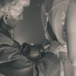 La abuela y los botones del vestido de la novia