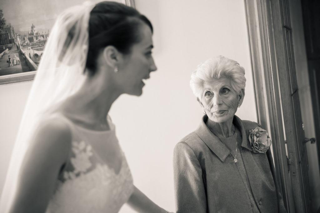 La mirada de la abuela a la novia