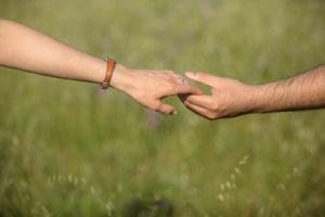 Cogidos de la mano