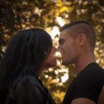 Rayos de sol entre la pareja