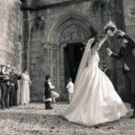Bailando delante de la iglesia