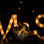Beso letras luminosas