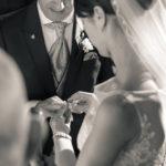 Novios poniendo los anillos de casados