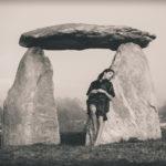 En el dolmen recostada
