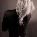 Melena rubia de espaldas