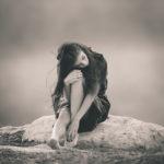 Sentada en la roca