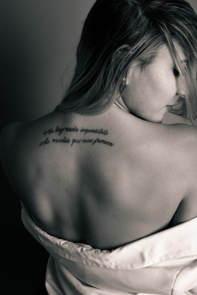 Chica con un tatuaje en la espalda