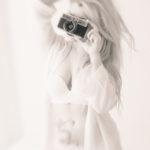 Modelo rubia con lencería blanca
