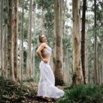 Eva entre los árboles