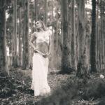 Mujer posando en el bosque