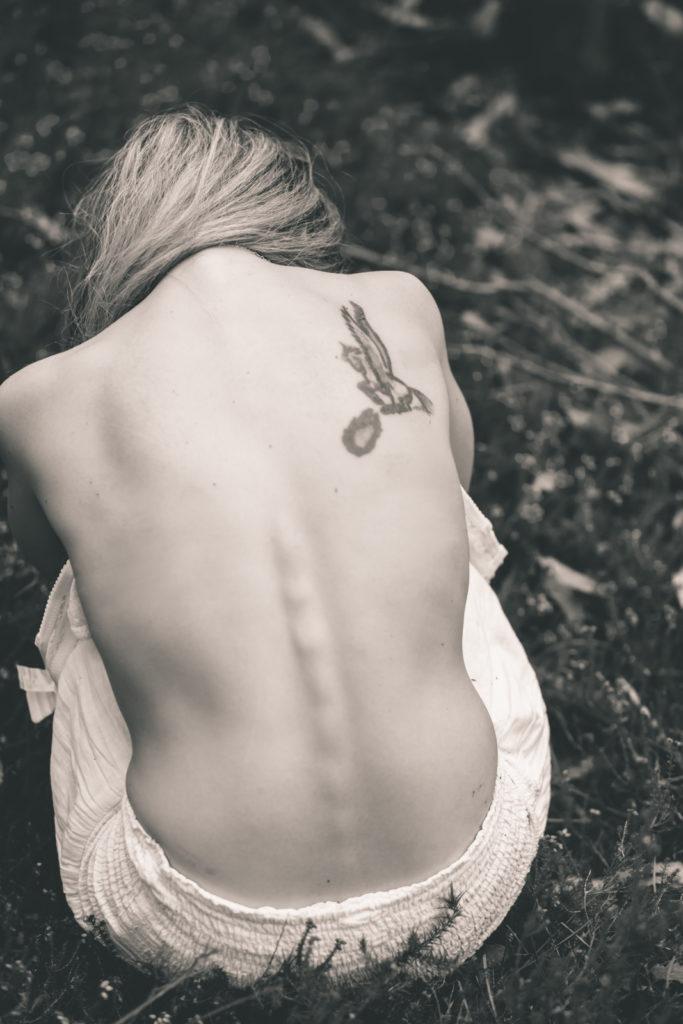 Tatuaje en la espalda desnuda