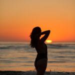 Silueta con la puesta de sol en la playa