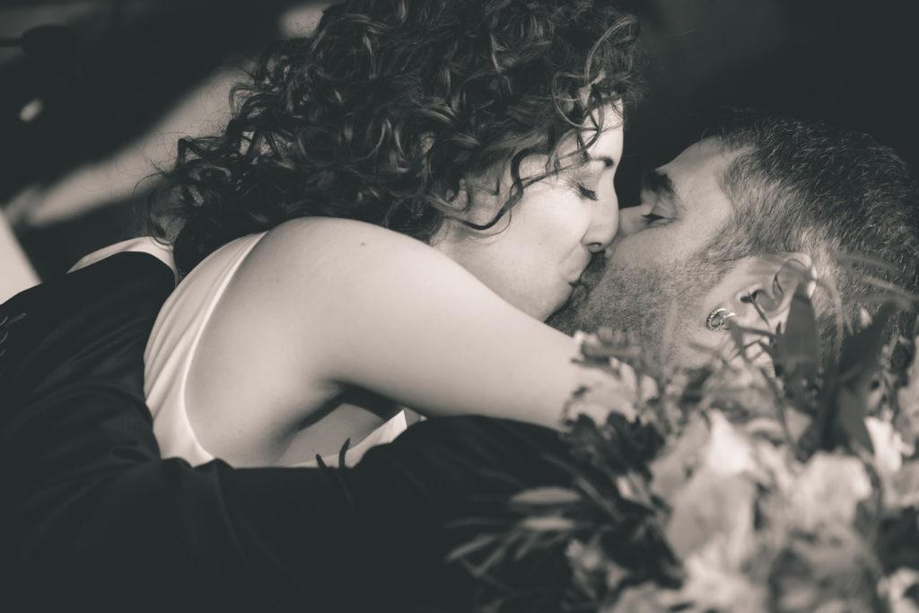 Beso de los novios en su boda