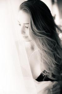 Chica en la ventana con la cortina