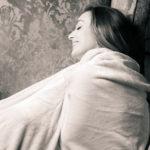 Feliz con la manta y el sofá