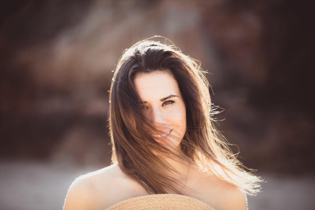 Melena y sonrisa al sol.