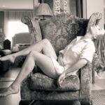 Rubia en el sofá