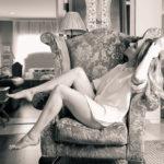 Posando en el sillón descalza