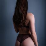 Modelo de espaldas en lencería