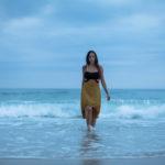 Caminando delante de las olas