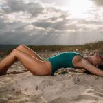 Rayos de sol, nubes, arena y mar para una sesión de playa