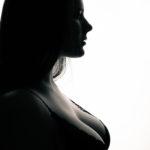 Silueta sensual de modelo femenina