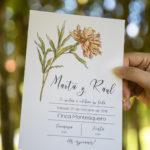 Invitación con detalles naturales