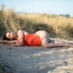 Acostada entre las sombras en la playa