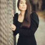 Amanda Marques con un vestido negro