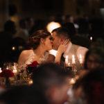 Beso de novios en la mesa presidencial