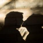 Beso de novios con sombras chinescas