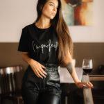 Chica con una copa de vino en un bar