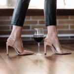 Vaso de vino entre los pies