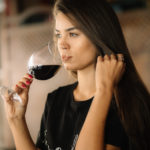 Bebiendo vino en un bar