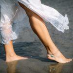 Pies descalzos por la arena