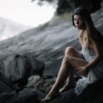 Chica con mirada dulce en las rocas
