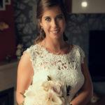 La novia con un ramo de rosas