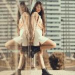 Chica reflejada en los cristales