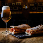Bocata de calamares y jamón con caña de cerveza