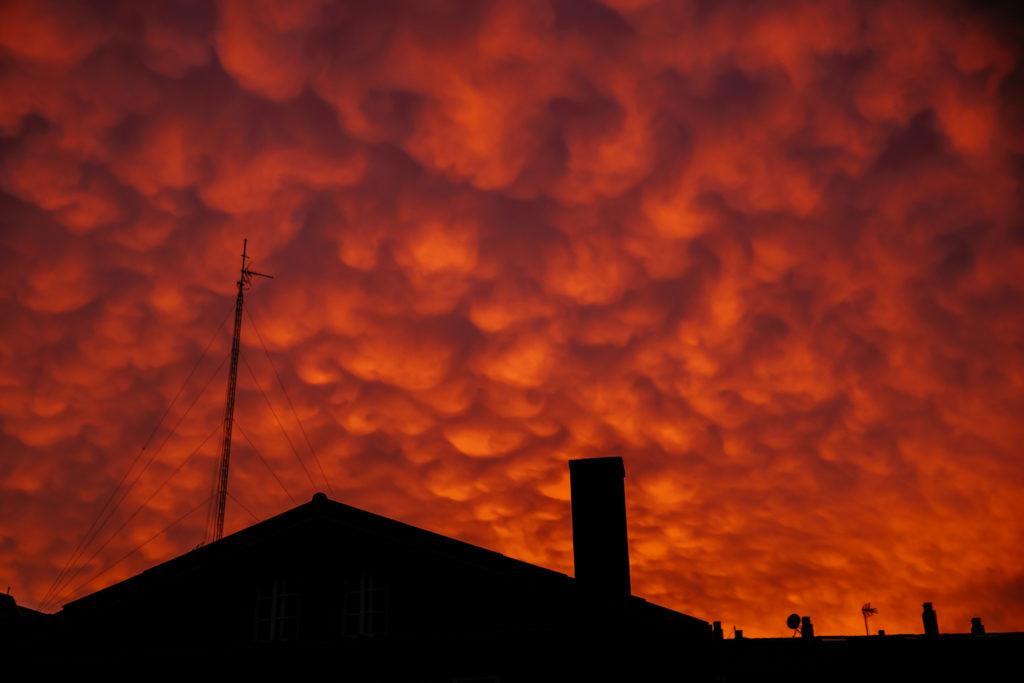 Pueblo de Fontán con cielo rojo