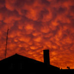 Cielo rojo sobre el pueblo marinero de Fontán
