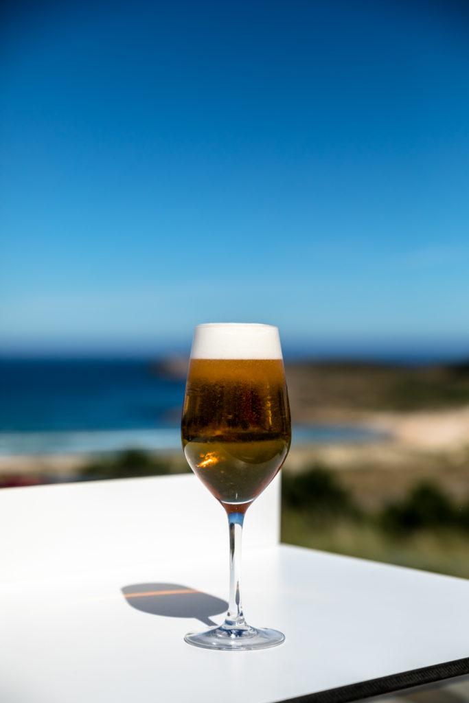 Caña de cerveza al lado de la playa de Doniños