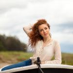 Pelirroja en una barca o bote de remos
